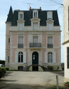 Chateau in Trouville, Normandy, France Classic Architecture, Amazing Architecture, Architecture Details, Vintage Architecture, Pink Houses, Old Houses, Old Mansions, Second Empire, French Chateau