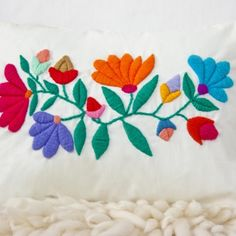 Almohadón Flores Embroidery Needles, Crewel Embroidery, Embroidery Designs, Bordado Floral, Mexican Embroidery, Hand Stitching, Needlepoint, Needlework, Diy And Crafts