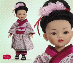 Liu vestida de Geisha está preciosa con su kimono, su obi, sus flores kanzashi y sus labios rojos. #geisha #doll #muneca