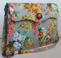 Carteira nellfernandes - tecido floral francês - 26 x 19 - R$160,00.