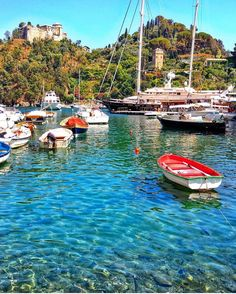 Deu vontade de acordar em Portofino adotável cidadezinha da Riviera Italiana cheia de casas coloridas e point do jet set europeu. No verão ela ferve e mais que triplica sua população. É uma viagem dos sonhos! @blogletouriste - Vale acompanhar a estadia dela na Europa. #italy #italia #portofino #visititaly #landscape_lovers