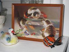 """Altes Bild (Kunstdruckbild) mit Holzrahmen: """"Drei Geschwister-Kätzchen sind von Goldfische fasziniert.""""  Shabby Chic! Vintage! Sehr guter Zustand.  Hi"""