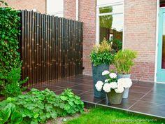 Zwarte bamboe schutting gemaakt van Giant tuinschermen
