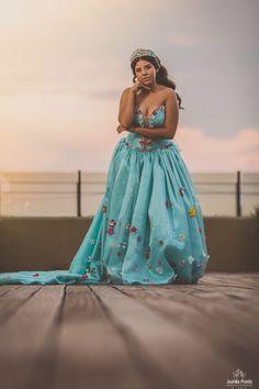 Regresamos esta semana con fotos de Xv años. Comenzamos con esta foto realizada en la azotea de casa Pedro Loza al atardecer.   #dress #xvdress #xvdresses #15dresses #xvaños #xvanos #dress15 #dressxv #vestidoxv #vestidosxvaños #vestidos15años #vestidosdequinceanera #vestidosde15 #vestidosquinceaños #vestidosquinceañeras #quinceañeradress #quinceaneradresses #quinceaneradress #fotografodexvaños #fotografiadexvaños #fotografoguadalajara #canon #fotografoquinceañeras #casapedroloza #quinceañera Xv Dress, Dress 15, Quinceanera Dresses, Sweet Fifteen, Canon, Skirts, Fashion, Rooftops, Professional Photography