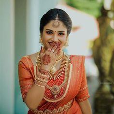 Kerala Hindu Bride, South Indian Bride Saree, Wedding Couple Poses Photography, Kerala Wedding Photography, Beautiful Saree, Beautiful Indian Actress, Indian Bridal Fashion, Bridal Blouse Designs, Saree Wedding