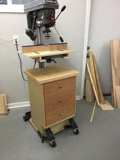 Good idea for drill press Woodworking Shop Layout, Woodworking Workshop, Woodworking Jigs, Woodworking Projects Plans, Workshop Storage, Wood Workshop, Workshop Ideas, Garage Workshop, Drill Press Stand