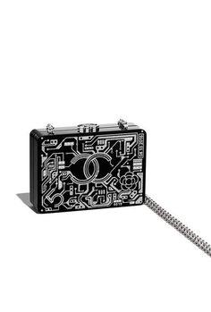 Minaudière, résine, strass & métal argenté-noir & argenté - CHANEL RTW SS 2017 #Chanel #DataCenterChanel #SpringSummer2017 #SS17 #KarlLagerfeld | Visit espritdegabrielle.com L'héritage de Coco Chanel #espritdegabrielle