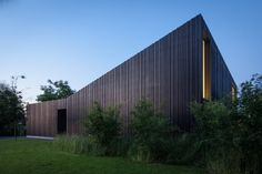 Introverted but open: Sloping house in Belgium - DETAIL-online.com - the portal for architecture
