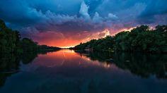 Tempête au-dessus de la rivière