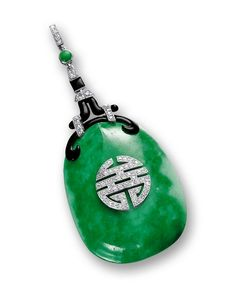 De style Art déco, la plaque jadéite translucide de couleur vert émeraude de BOUCHERON en 1925 est  imprégnée avec des taches blanches, décoré avec une calligraphie chinoise shou(寿) serti de diamants taille brillant, symbolise la longévité, diamants taille brillant, émail noir et onyx montés en platine, signée.  Plaque d'environ 43,16 x 32,56 x 7.95mm. vente Sotheby's (hva)