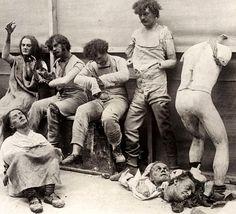 Deterridos y dañados maniquís después de un incendio en el museo de cera de Madam Tussaud en Londres, 1930