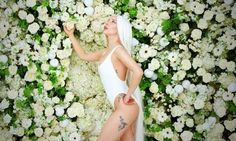 Shared by Christopher Maland. Find images and videos about flowers, guy and Lady gaga on We Heart It - the app to get lost in what you love. Lady Gaga Guy, Lady Gaga 2014, Lady Gaga News, Lady Gaga Music Videos, Looks Party, Video Humour, Donatella Versace, New Clip, Video Clip
