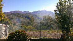 Busana in estate. Sullo sfondo il monte Cusna (2121m s.l.m.)