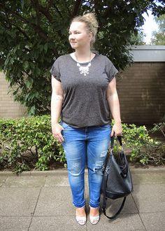 T-Shirt and Statement Necklace: Primark; Destroyed Jeans and metallic High Heels: Zara; Bag: Gina Tricot,  curvy, curve, girl, women, woman, fat, big, fashion, mode, blog, life, lifestyle, plus, size, plussize, Übergrößen, dick, frau, frauen, kurven, kurvig, inbetweener, inbetweenie, inbetween, fatshion, plussize,