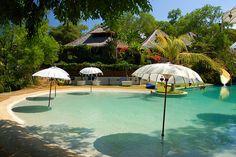 pool that looks like a beach. how cool!