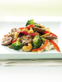 Ditch the takeout and try this easy Cashew Beef with Broccoli Stir-Fry under 300 calories from @fitbie .