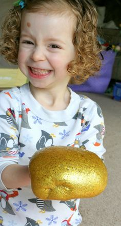 Fun at Home with Kids: Golden Glitter Slime (Borax-Free) Diy Arts And Crafts, Diy Crafts For Kids, Craft Gifts, Diy Gifts, Glitter Playdough, Foster Baby, Golden Glitter, Diy Slime, Free Slime