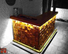 Nativo Redwood. Bar de roble rustico con bordes con corteza y base de mosaico de roble rústico de profundidad variable, con pisa pies de fierro forjado e iluminación led empotrada al inferior de la cubierta. Dimensiones: 0.60x1.20+2.00x0.90 www.nativoredwood.com www.facebook.com/nativoredwood
