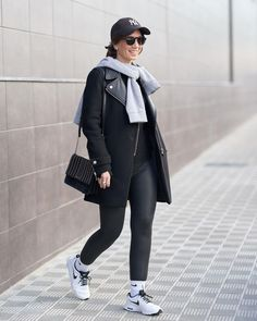 How to wear leggings | For more style inspiration visit 40plusstyle.com Total Black, How To Wear Leggings, Photos Of Women, Fashion Over 40, Normcore, Style Inspiration, Instagram, Beautiful, Grey Hoodie