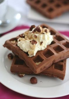 31 Delicious Low-Carb Breakfasts For A Healthy New Year: Gluten-Free Chocolate Hazelnut Protein Waffles