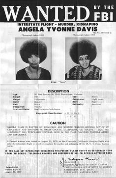 Mandat d'arrêt d'Angela Davis. Le 7 Aout 1970, à la suite d'une prise d'otages, visant à libérer Georges Jackson, membre des Black Panthers et accusé de vol, 4 personnes sont tuées. Angela, qui soutien George Jackson, est accusée par le FBI d'avoir procuré les armes. Elle est la troisième femme à être inscrite sur la liste des personnes les plus recherchées par le FBI. Elle est arrêtée le 13 octobre et condamnée à mort, puis acquittée le 4 juin 1972, grâce à la mobilisation internationale.