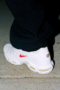 Curtiu esse tênis? Clique na foto para saber quais são os mais chaves do ano Nike Air Max Tn, Nike Air Max Plus, Tn Nike, Air Max 95, Zapatos Nike Air, Tenis Nike Air, Nike Air Shoes, Air Max Sneakers, Sneakers Nike