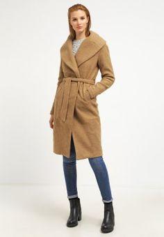 Camelfarvet frakke?