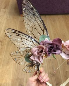 Here's a closer look at my Magnificent Spring Rose and Fairy Wing Flower Fairy Headdress 💕🌸 this headdress was requested to have a more… Fairy Wings Costume, Fairy Costume Diy, Diy Fairy Wings, Fairy Costumes, Kunst Inspo, Medieval Party, Spring Fairy, Accesorios Casual, Fairy Clothes