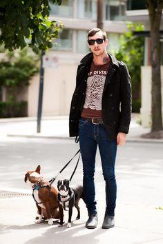 Wayfarer, jaqueta com pegada militar sobrepondo t-shirt da Joy Division, (super) skinny, botas e bulldogs.
