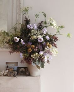Polux Fleuriste: tip - Reimagine Fillers: In this example, lavender scabiosa, sweet peas, and ocher star scabiosa pop against an abundant backdrop of Queen Anne's lace, acacia, eucalyptus berries, and dusty miller. Photo: Gentl and Hyers