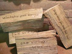 Haardblokken met tekst als: vriendschap geeft warmte, Blok warmte, brandende liefde.