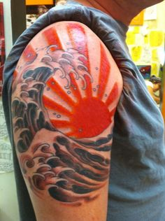 Discover a light of inspiration with these sun tattoo designs for men. From Japanese rising sun ideas to sleeves with clouds, get your sunglasses ready! Sun Rays Tattoo, Rising Sun Tattoos, Sun Tattoo Tribal, Japanese Wave Tattoos, Japanese Sleeve Tattoos, Sun Tattoo Meaning, Tattoos With Meaning, Kunst Tattoos, Bild Tattoos