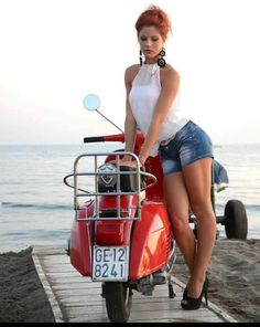 Vintage Motorcycle Girl Vespa Scooters 39 Ideas For 2019 Vespa Scooters, Piaggio Vespa, Scooter Bike, Lambretta Scooter, Vespa Vintage, Lady Biker, Biker Girl, Pin Up, Vespa Rouge