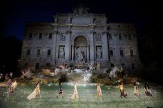 Fendi festeggia i 90 anni della maison con uno show dell'alta moda sulla Fontana di Trevi a Roma