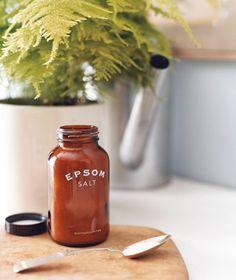 Sal de Epsom como fertilizante de plantas - fomentar crecimiento verde en sus plantas de casa aplicando una solución de 2 cucharadas de sal a 1 galón de agua una vez al mes. Magnesio y azufre de la sal hacen hojas crezcan más tupidas y alentar las plantas a florecer más a menudo