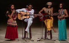 Gil, Caetano e Bethânia falam sobre seus clipes que passavam no Fantástico no tropicalismo