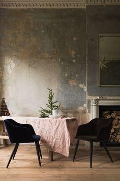 Wabi Sabi soft pink and grey color scheme punctuated by black chairs. Wabi Sabi, Decor Interior Design, Interior Decorating, Interior Styling, Casa Wabi, Distressed Walls, Estilo Art Deco, Shabby, Deco Design