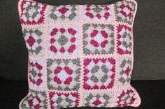 Gehaakt kussen in paars, roze en grijs tinten. Gemaakt van 100 % katoen.  gemaakt door C.Koek.