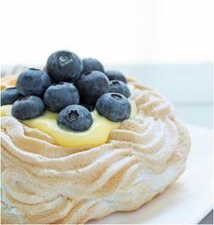Sugar Free Berry Pavlova with lemon curd Diabetic Desserts, Sugar Free Desserts, Gluten Free Desserts, Gluten Free Recipes, Low Carb Recipes, Dessert Recipes, Low Carb Sweets, Low Carb Desserts, Dessert Sans Gluten
