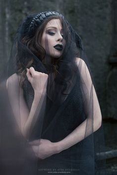 Top Gothic Fashion Tips To Keep You In Style. As trends change, and you age, be willing to alter your style so that you can always look your best. Consistently using good gothic fashion sense can help Dark Beauty, Goth Beauty, Dark Gothic, Gothic Art, Gothic Girls, Dark Fantasy, Fantasy Art, Halloween Imagem, Idda Van Munster