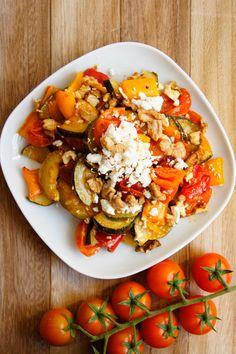Sałatka z pieczonych warzyw z fetą i orzechami (6 składników) - Wilkuchnia Gluten Free Recipes, Healthy Recipes, Ratatouille, Feta, Bruschetta, Vegetable Recipes, Cake Recipes, Salads, Recipies
