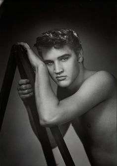 Elvis Presley 1955 - Very rare. Elvis seldomly was seen without a shirt on Mississippi, Lisa Marie Presley, Rock And Roll, Beautiful Men, Beautiful People, Young Elvis, Elvis Presley Young, Burning Love, Tom Selleck