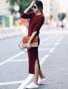 Robe pull bordeaux longue, près du corps et fendue + baskets blanches = le bon mix (blog WeWoreWhat)