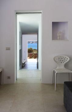 Total white con il gres Brooklyn di Marazzi in una spettacolare villa in Grecia | Marazzi Your Space