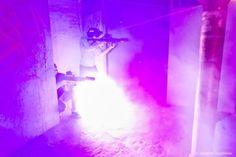 Gra w laserowy paintball odbywa się na specjalnie przygotowanej, bardzo dużej, bezpiecznej hali , tworzącej system labiryntowych przejść, gdzie w tajemniczym półmroku, wśród tworzących niepowtarzalny klimat beczek, krat, systemów rur, łańcuchów, kół, zaworów i pieców zawodnicy mogą oddać się pełnej przygód i adrenaliny grze.