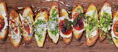 Serveer deze verschillende soorten crostini's op een grote houtenplank: ziet er gezellig en feestelijk uit!