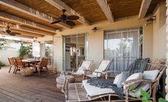 אהבתי את סגנון הפרגולה עם הקש , מרפסת פרגולה (צילום: גלעד רדט) Porch Ceiling, Pallets Garden, Backyard, Patio, Outdoor Living, Outdoor Decor, Outdoor Gardens, Nature, Pergola