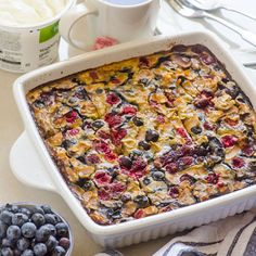 Sub flax egg and extra quinoa for oats for elimination diet. Berry Banana Quinoa and Steel Cut Oats Breakfast Bake -- Delicious oatmeal alternative that is high in protein and takes care of breakfast for a week. Healthy Breakfast Meal Prep, Breakfast Desayunos, Baked Breakfast Recipes, Clean Eating Breakfast, Breakfast Dishes, Brunch Recipes, Healthy Snacks, Protein Breakfast, Breakfast Casserole