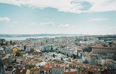 Découvrir le quartier de l'Alfama à Lisboone | Via Miles&Love Blog | 31/05/2015 L'Alfama c'est LE quartier typique de Lisbonne. Le quartier que tout le monde a dans la tête en pensant à cette ville, le quartier où tu peux te perdre durant des heures jusqu'à ne plus savoir où tu es, tout en découvrant à chaque fois des ruelles ou recoins sur lesquels tu n'avais pas encore posé le regard. Et le quartier dont on pourrait parler des heures. Photo: Panorama de Miradouro da Senhora do Monte