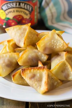 Easy Apple Pie Cream Cheese Wontons - Mini pies with a twist! These little apple pies are fun to make and even more fun to eat. Funnel Cakes, Wonton Recipes, Appetizer Recipes, Wonton Appetizers, Asian Appetizers, Savoury Recipes, Party Appetizers, Party Recipes, Dessert Recipes